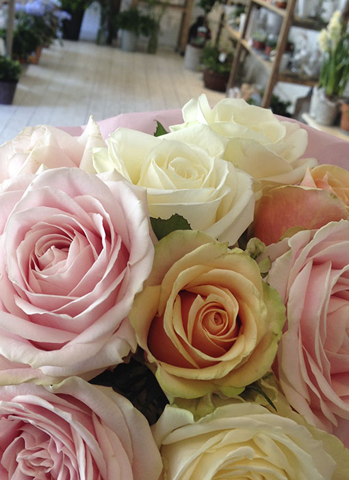 Skapa en trevlig arbetsmiljö med rosor eller andra blommor.