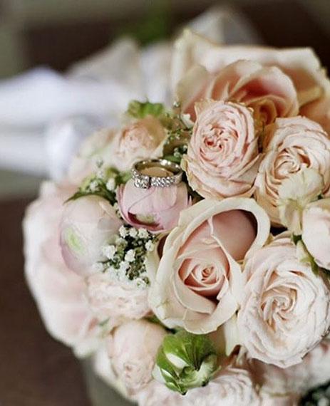 Brudbukett med skära rosor och pioner