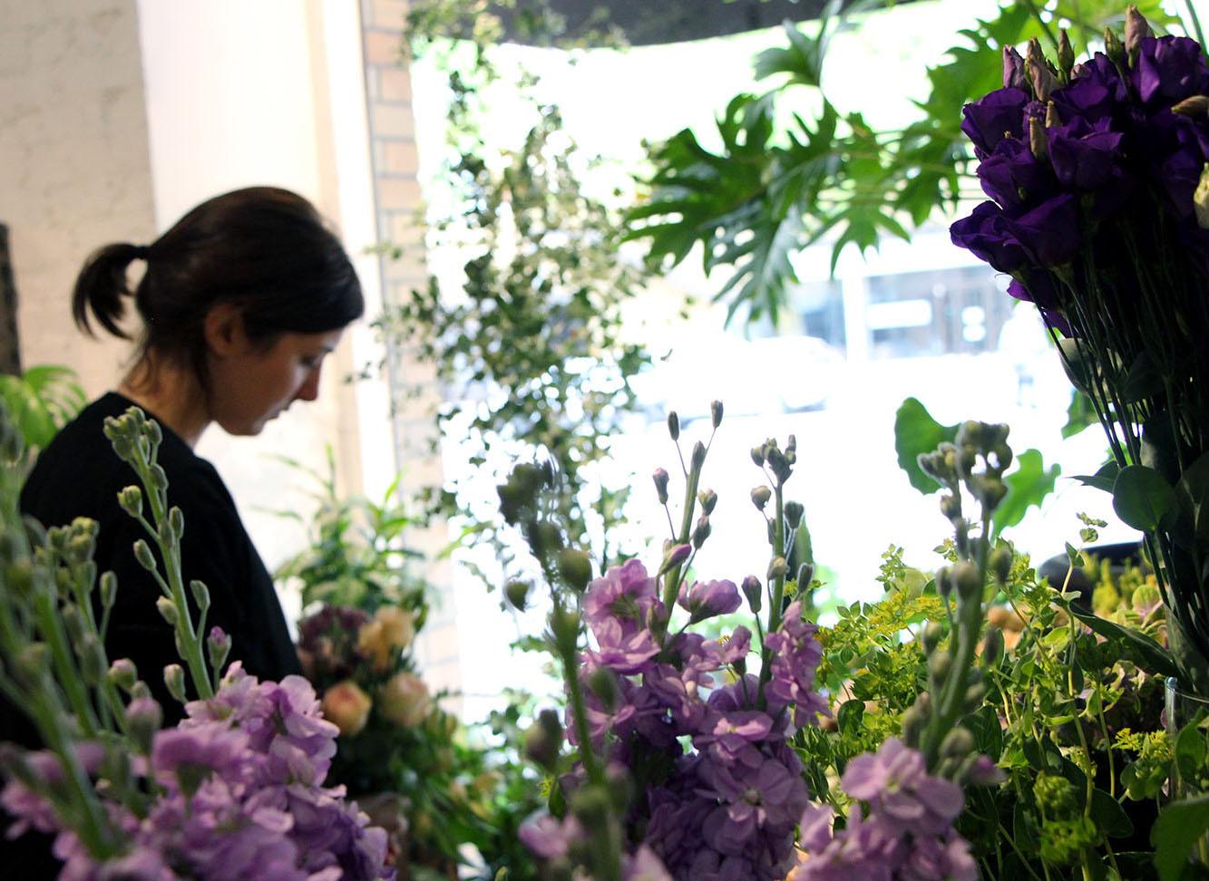 Zara binder en blomsterbukett på Vackra blomster & ting.